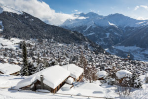 Verbier en hiver, ambiance hivernale avec neige, chalets and rooftop snow covered